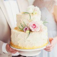 Нежный кремовый торт с живыми цветами