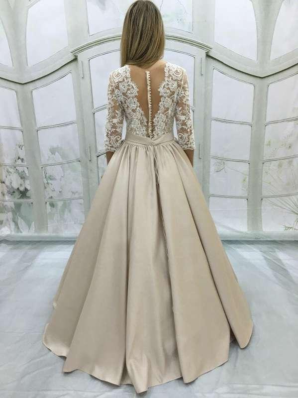 Филадельфия (CH) Кружевное свадебное платье с рукавами ¾. Верх платья из кордового кружева с глубоким декольте. Открытая спинка с телесной сеточкой на пуговичках смотрится очень мило и необычно. Особенностью этой модели служат ярко выраженные кружевные де - фото 12243208 Свадебный салон DIONI