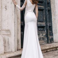 Прямое свадебное платье с юбкой в пол и небольшим шлейфом. Создавая такое платье, дизайнеры позаботились о сочетании красивых кружевных рукавов и облегающего фигуру  приятного дабл-сатена. Платье аккуратно повторяет форму невесты и превосходно садится бла