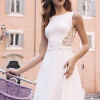 Свадебное платье прямого силуэта из мягкого и приятного дабл сатена. Оно словно повторяет прекрасные формы невесты, сексуально подчеркивая каждую важную деталь в ее образе. Платье на безкорсетной основе с закрытым верхом, но в то же время сексуально подче