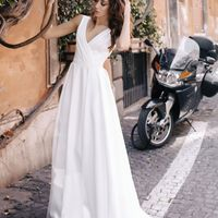 Необычное атласное свадебное платье с драпировкой в области декольте. Такой необычный дизайнерский подход просто потрясает своим видом. Удобная посадка и максимум комфорта. Открытая спинка прикрыта прозрачной сеточкой н с декоративными кружевами на малень
