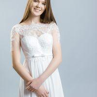 Хью (VK) Прямое свадебное платье ампир, с легкой завышенной и изящной талией. Его особенностью, несомненно, является легкая фатиновая маечка, расшитая кружевом. Она так же частично прикрывает плечики невесты, создавая более сдержанный образ. Необычной осо