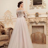 Фабия (VK) Стильная модель свадебного платья классического а-силуэта. Удобный корсет с отличной посадкой. Расшитый кружевной верх платья  и рукава, все это создает очень необычный и грациозный образ невесты. Плечики платья слегка приоткрыты, а спинка прик