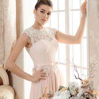 Бетти (VK) Бесподобное свадебное платья с тонкой летящей шифоновой юбкой. Открытая спинка придаст еще большей сексуальности и неповторимости. Посадка платья просто безупречная, оно абсолютно не сковывает движения. Его легкое кружево буквально парит на пле