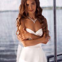 Бланти (AV) Стильное свадебное платье из легкого атласа с необычной драпировкой на груди и вырезом в форме сердечка. Сексуальный разрез юбки делает платье еще эффектнее