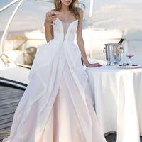 Муар (AV) Эффектное свадебное платье создано дарить восторг. Красивые и незабываемые воланы с атласными лентами по всей длине, ярко выраженное декольте и необычайная легкость.