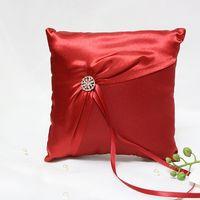 Красная атласная подушечка для колец