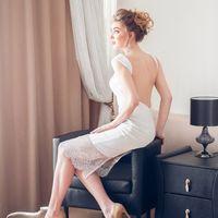Стильное платье-карандаш для самых смелых невест! Платье из стрейча с открытой спинкой и разрезом. Отделка-кордовое кружево на юбке и на бретелях. Застежка-молния на спинке. Цвет: молочный Размер: 42-44 Бесплатно: подгонка по длине и минимальная по фигуре