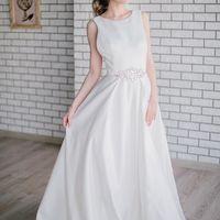 Платье для поклонниц свадебной классики! Выполнено из матового сатина, многослойная юбка, чашечки вшиты, пояс декорирован стразами. Застежка: молния  Цвет: молочный Размер: 42-44 Стоимость: 31.000