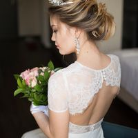 Женственное платье с коротким рукавом и открытой спинкой. Лиф кружевной, юбка-трапеция, застежка-молния на юбке, пуговицы-на спинке. Цвет: молочный Размер: 42-44 При покупке в день примерки-скидка 10% Стоимость: 22 000