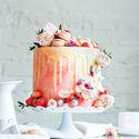 орт исполнения кондитерской TiramisuСвадебный торт ,с потрясающей цветочной -фруктовой композицией ,с асимметричным украшением из меренги и нежных цветов