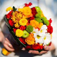 Букет невесты в ярких оранжевых, красных и зеленых оттенках из хризантем, ромашек и роз