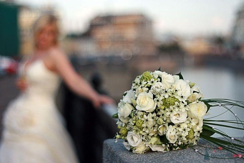 Букет невесты из салатовых хризантем, белых эустом, роз и бувардии  - фото 42569 Фотограф Настя Лахина