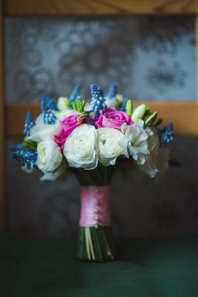 Букет невесты из ярко-розовых роз, белых ранункулюсов, голубых мускарий, декорированный розовой лентой и белыми жемчужными - фото 1950507 Ирина Никифорова, фотограф