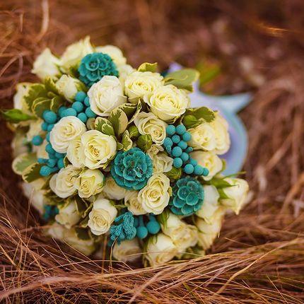 Букет невесты из белых роз с бирюзовыми элементами