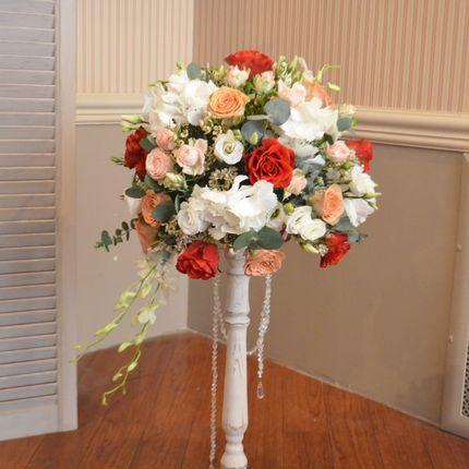 Высокие подставки для цветочных композиций в аренду