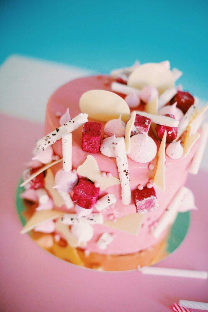 Миндально-фисташковые бисквиты, ягодный мусс, глазурь с белым шоколадом. Декор: черносмородиновый зефир, безе с клубничной крошкой , белый шоколад. Фотографировала  - фото 11932154 Jenny Shefer - шеф-кондитер