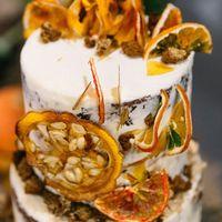 Cвадебный торт с тыквенными бисквитами с ореховым маслом и пряностями и шоколадными бисквитами с ганашем с апельсиновым шоколадом и хрустящим слоем с белым шоколадом, шипучей карамелью и вафельной и песочной крошкой