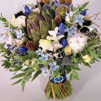 Сине-коричневый свадебный букет с артишоком, гентианой и хлопком, а так же с душистым горошком, васильками, эрингиумом. В комплекте бутоньерка и венок из живых цветов.