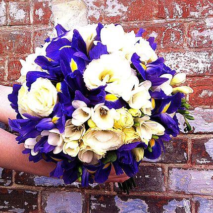 Букет невесты из ириса, фрезий и эустом