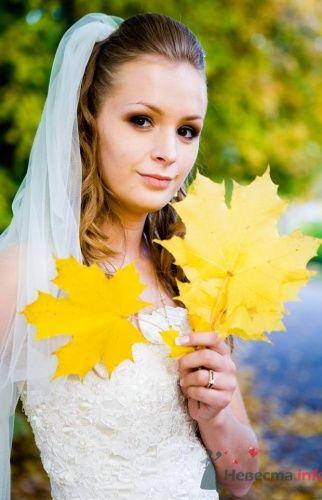 Невеста на осенней свадебной фотосессии.