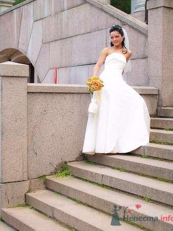 Невеста в длинном белом свадебном платье А-силуэта и с оранжевым букетом. - фото 624 Студия фото и видеосъёмки Aliya Pavrose