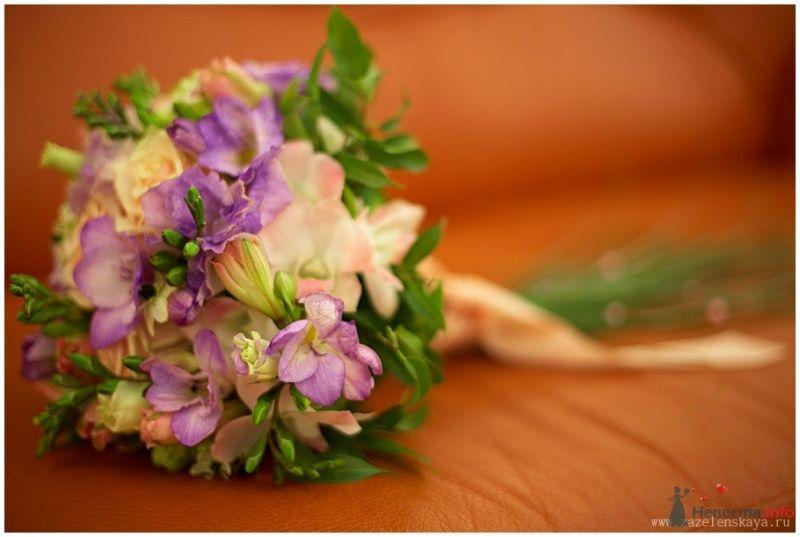 Круглый букет невесты из зелени, сиреневых и розовых фрезий - фото 65145 Фотограф Оксана Зазеленская