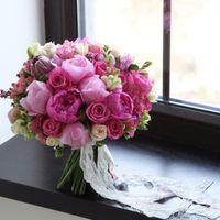 Насыщенно розовый букет из пионов,розы,фрезии,добавлением любого основного цветка-центра компазиции.Цена 6300р.