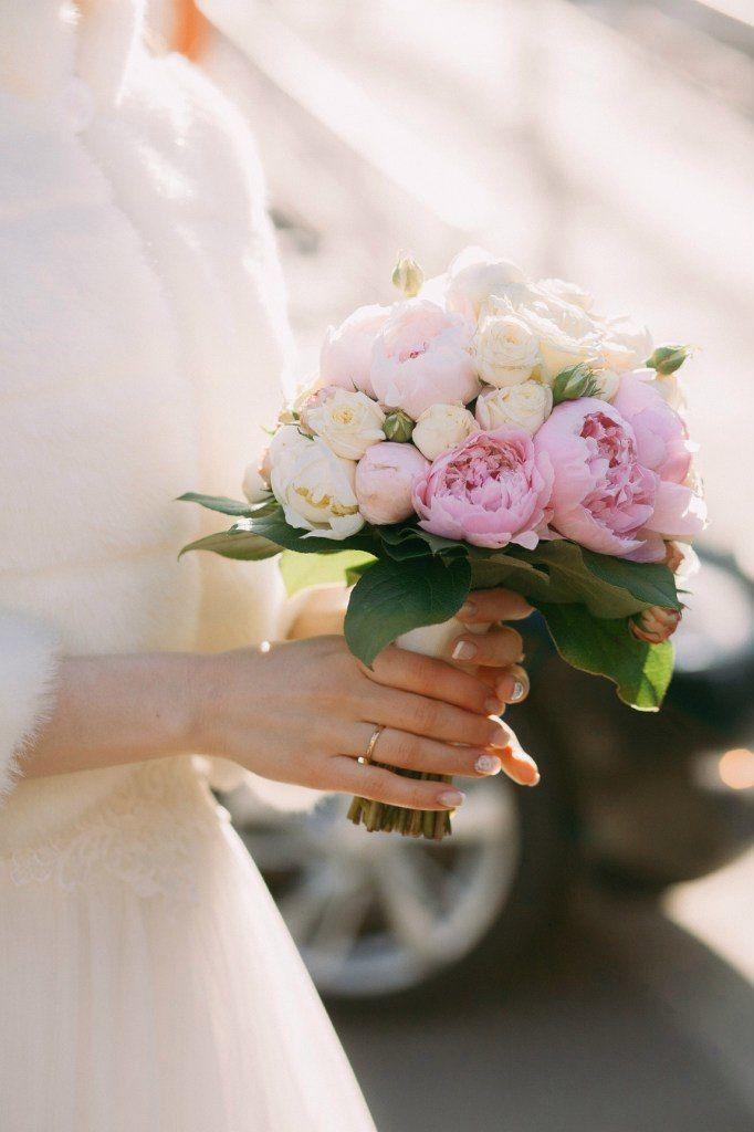 Про, круглый свадебный букет невесты из пионов