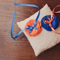 Подушечка для колец с оранжевым и голубым цветком
