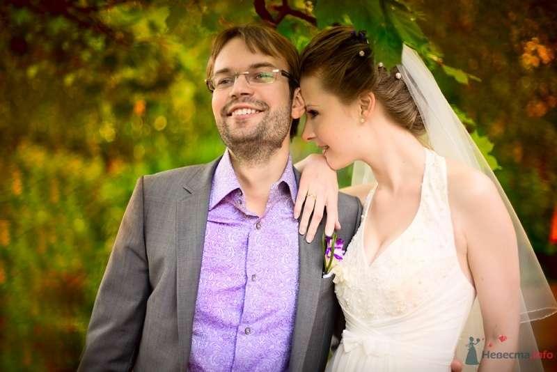 """Классический серый костюм жениха """"двойка"""" с сиреневой рубашкой и сиреневой бутоньеркой в петлице пиджака - фото 40806 malysh_eva"""