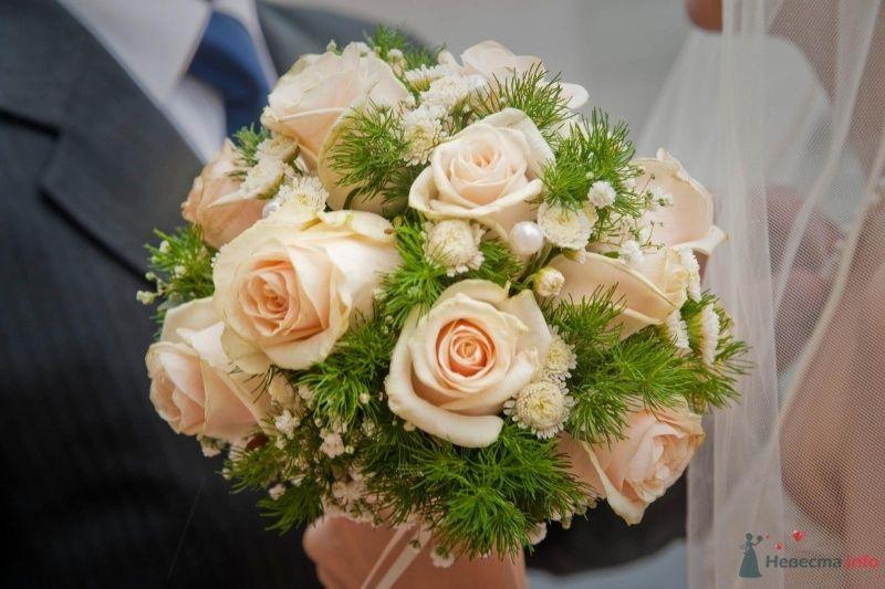Букет невесты из розовых роз, зелени и белой гипсофилы