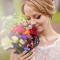 Букет невесты из анемонов, эустом и фиалок