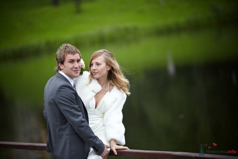 Жених и невеста стоят, прислонившись друг к другу, у озера - фото 52165 daisy82