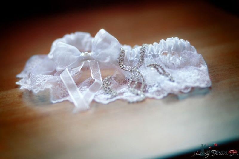 Белая кружевная подвязка невесты с прозрачным бантом, колье и серьги - фото 45491 KartInka