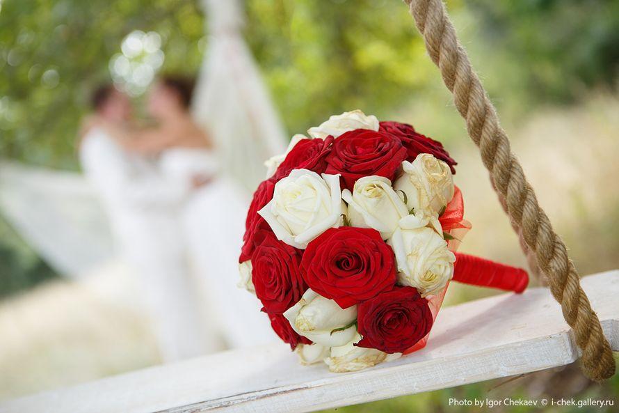 Круглый букет невесты розы красные