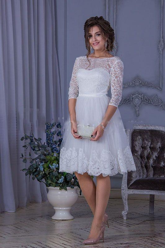 Короткое кружевное свадебное платье с длиной, закрывающей колено, сегодня очень актуально. Полупрозрачный лиф из кружева, пышная фатиновая юбочка с узорчатым бордюром - фасон, подчеркивающий стройность фигуры и красоту ножек, и заставляющий замирать от во - фото 18388980 Свадебный салон Камелия