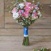 Розово-голубой свадебный букет из роз, ваксфлауэра, коробочек натурального хлопка и голубых ягод эвкалипта. Украшен кружевом, атласной лентой и декоративной брошью с изображением бабочки. Букет идеально подходит для зимней свадьбы, он стойкий и не боится
