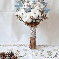 Зимний свадебный букет в бело-голубых тонах. Собран из коробочек натурального хлопка, серебристой брунии, дымчато-голубых ягод эвкалипта и ветвей лимонника. Украшен декоративными бабочками ручной работы, из дизайнерского картона, и кружевом из натуральног