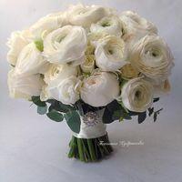 букет невесты из ранункулюсов и пионовидных роз