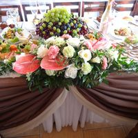 Композиция из живых цветов на стол жениха и невесты