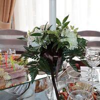 Композиции из живых цветов со свечами на гостевые столы