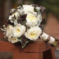 Бело-коричневый букет невесты с пионовидной розой, брунией, коричневой зеленью, шишечками стахиса и брунией