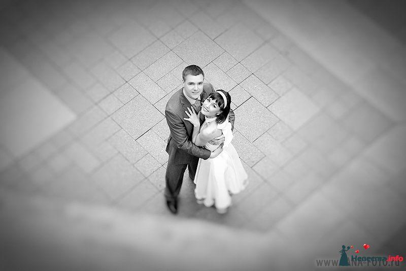 Жених и невеста, прислонившись друг к другу, стоят на площади - фото 105357 Фотограф Яна Роджерс