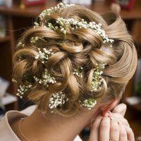 Прическа с использованием живых цветов на длинные волосы не большого объема Настя_18.08.2012