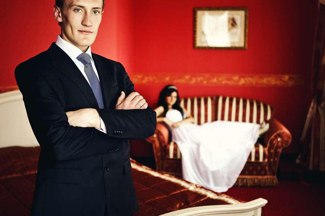 """Классический черный костюм жениха """"двойка"""" с белой рубашкой и синим галстуком - фото 862319 Фотограф Игорь Макаров"""