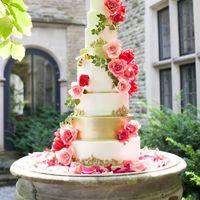 На фото очень большой и красивый торт. Если Вам на свадьбу нужен торт поменьше, то сообщите нам об этом. Viber или Whatsapp: +7-960-242-13-21