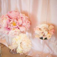 Пудровая свадьба Стулья кьявари Пионы Высокие композиции Розовые оттенки Подстановочная тарелка Сервировка Розы Орхидеи