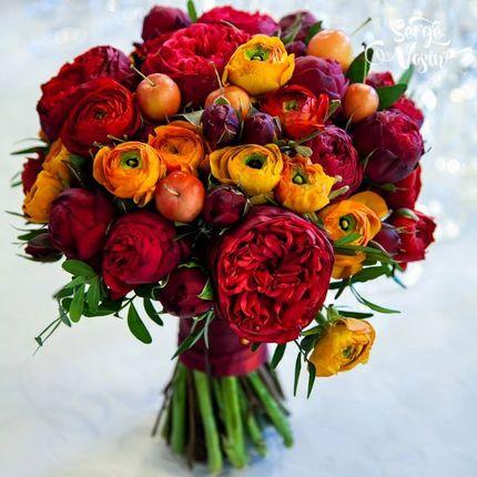 Яркий букет из бордовых роз