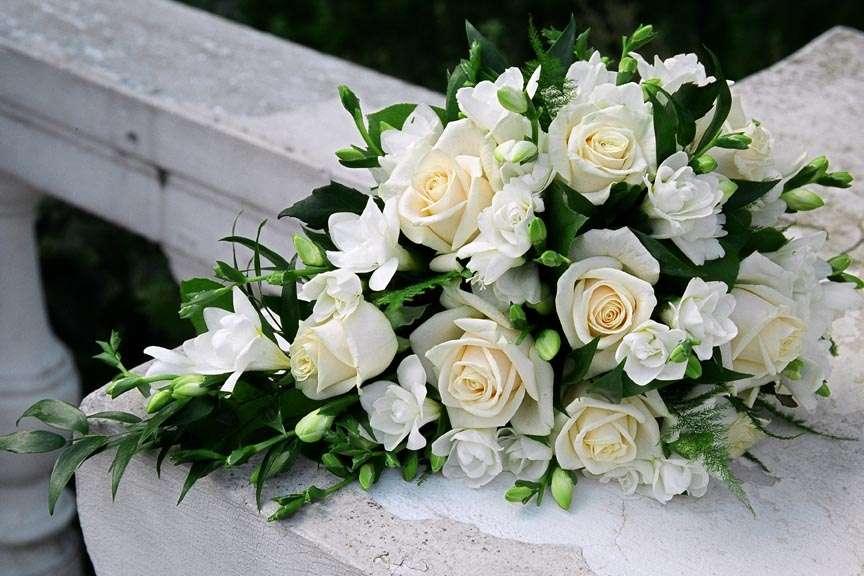 Каскадный букет невесты из белых фрезий и роз - фото 832969 Дизайн-студия Ольги Шишловой